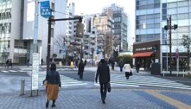 「田町駅東口」の交差点を渡って直進して下さい。