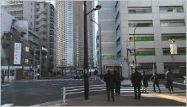 三つめの交差点「芝浦3丁目」の信号を渡り右折し、直進して下さい。