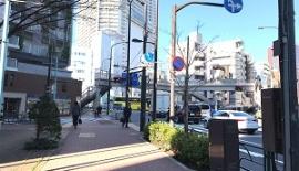 「八千代橋」の交差点を左手方面に進み橋を渡って下さい。