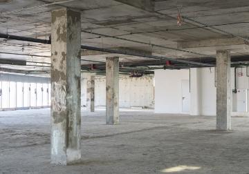ビルの上層部の内装解体⼯事